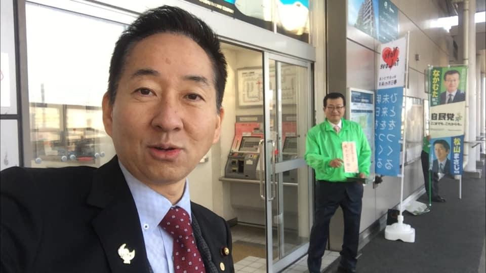 活動報告書をお配りしています。今朝はJR春日駅で挨拶をさせて頂きました。