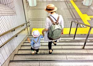 階段を降りるお母さんと幼児